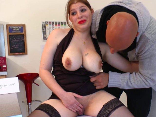 Porno français d'une meuf baisée sur le sol de la cuisine