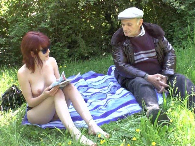 Porno francais d'une jeune rousse d'un grand-père baisant en externe