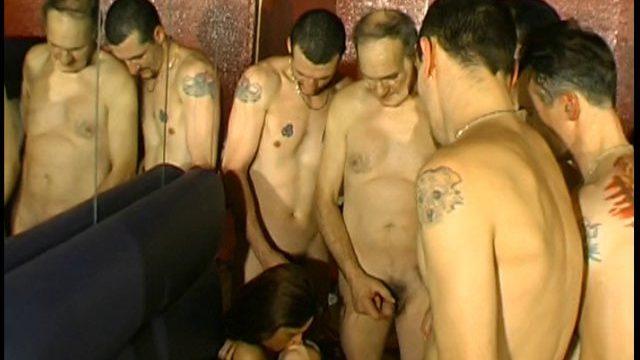 gang bang tres hot en club libertin 01 640x360 - La première orgie sexe en boîte pour cette femme