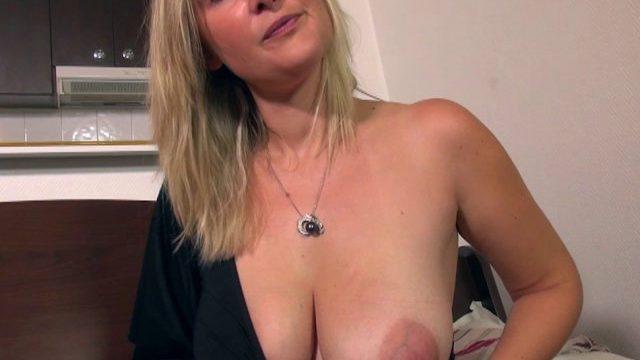 infirmiere a bordeaux tara se lance dans la video porno 01 640x360 - Une femme à gros nichons baisée dans un parking