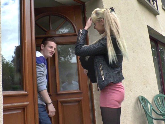 Une jeune femme à le cul plein de sperme