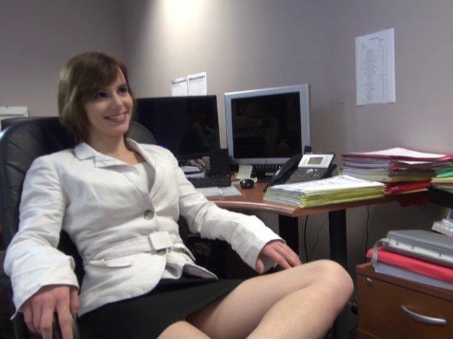 Porno francais d'une stagiaire baisée hardiment au bureau