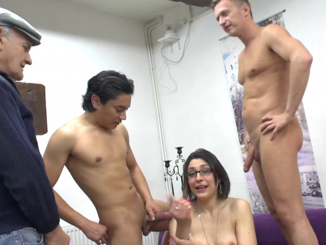 Vidéo gang-bang avec Lily et trois pervers