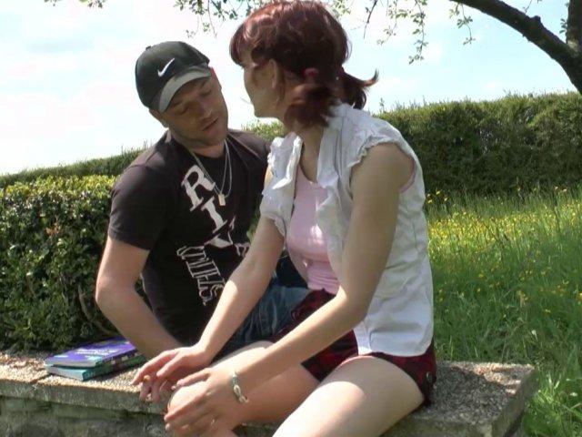 Porno francais femme salope de 20 ans baisée sur du gazon