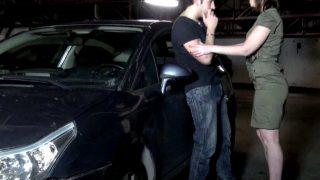 Porno francais d'une jeune secrétaire baisée sur le capot d'une voiture