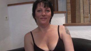 Porno français d'une Milf tatouée qui se fait baiser