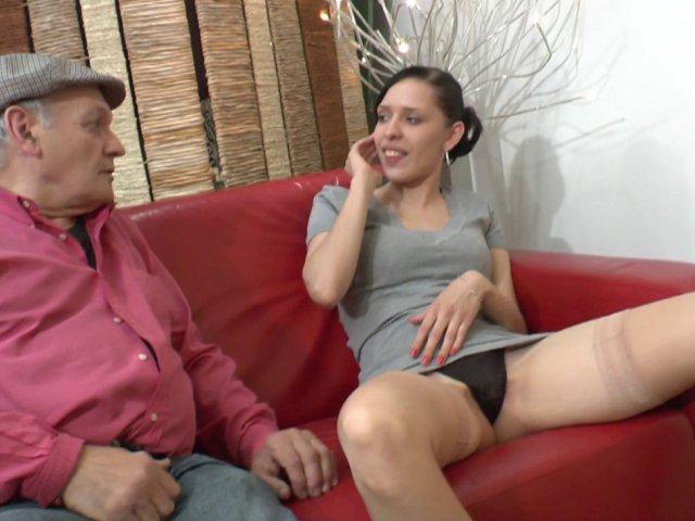 Sexe avec papy pervers qui baise une jeune salope dans une salle d'attente