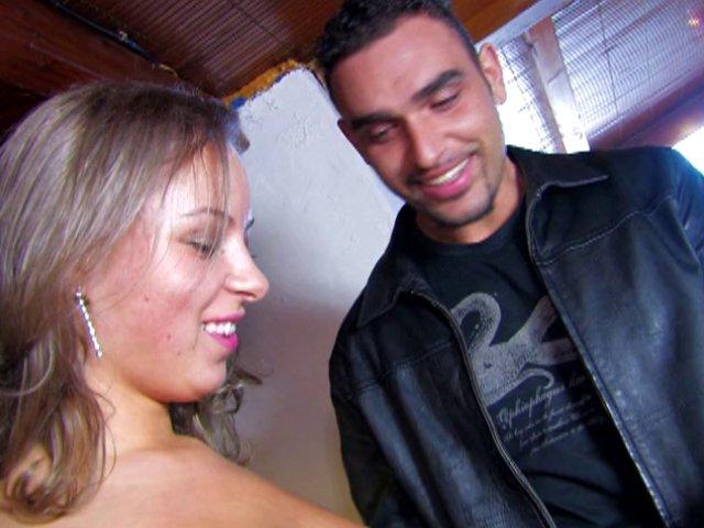 Sexe à trois dans un Night club français