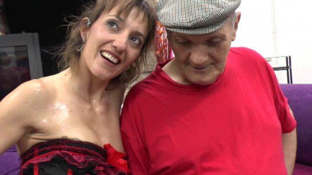 sheina revait de se faire baiser par une legende du porno 01 640x360 - Une jeune fille blonde gang-banguée chez un vieux