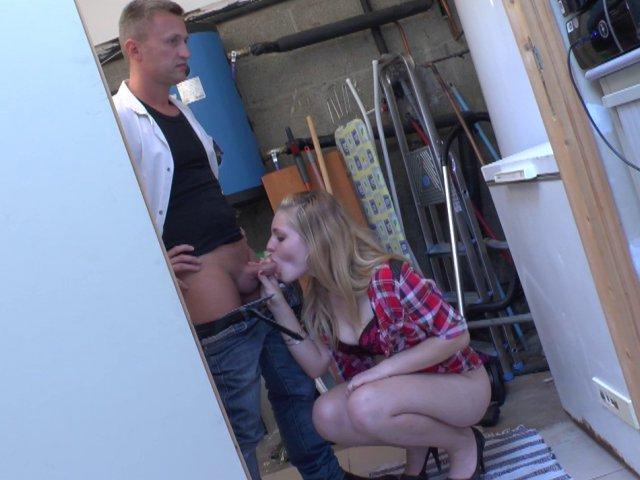 Sexe francais avec une bombe blonde baisée par un dépanneur