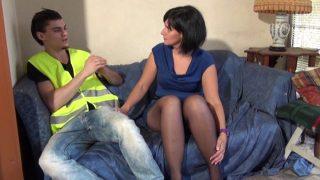 Giclée de sperme sur le visage d'une jeune femme de Dijon