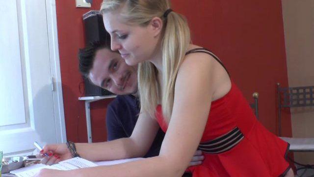 une bacheliere passe aux travaux pratiques sur le carrelage du salon 01 640x360 - Un prof d'anglais baise le cul de sa jeune élève